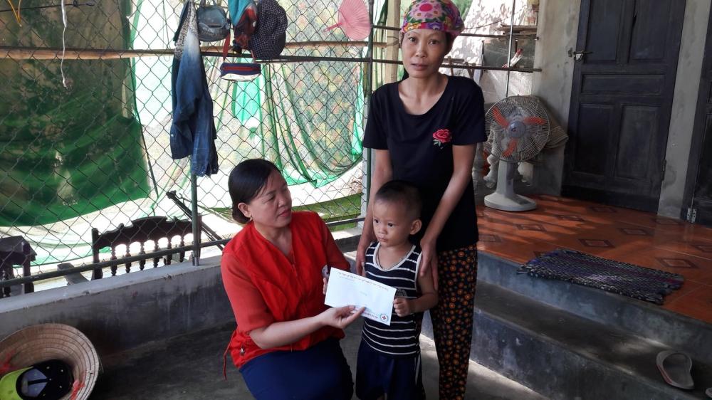Hội Chữ thập đỏ thành phố trao tiền hỗ trợ tháng 7, 8 cho 2 địa chỉ nhân đạo