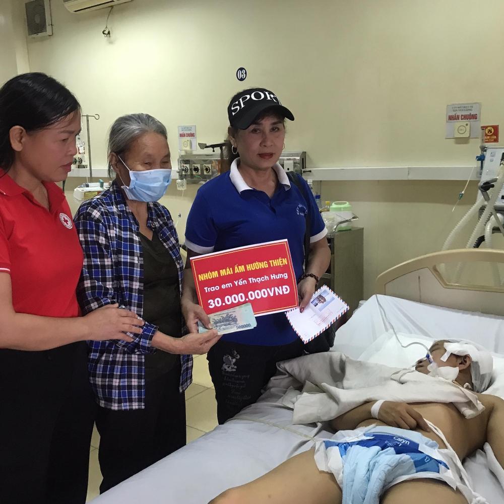 Hội Chữ thập đỏ thành phố phối hợp nhóm Mái ấm Hướng thiện trao hỗ trợ cho gia đình có hoàn cảnh rủi ro