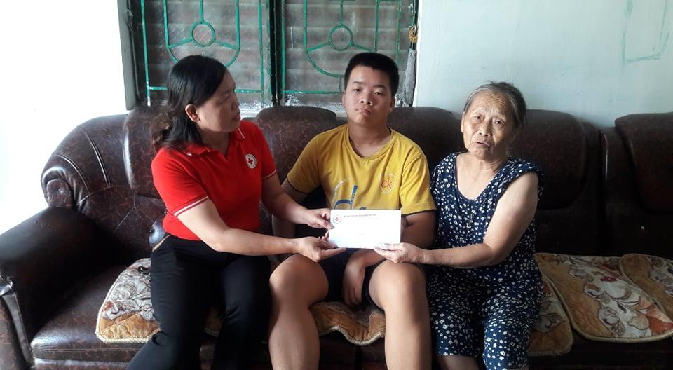 Hội Chữ thập đỏ thành phố trao hỗ trợ hàng tháng cho 2 gia đình đặc biệt khó khăn