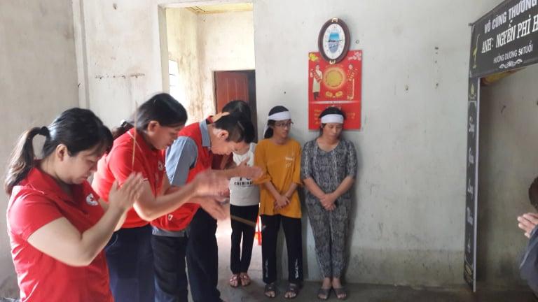 Thăm hỏi, động viên gia đình có người thân bị đuối nước do lũ lụt tại phường Thạch Linh, thành phố Hà Tĩnh