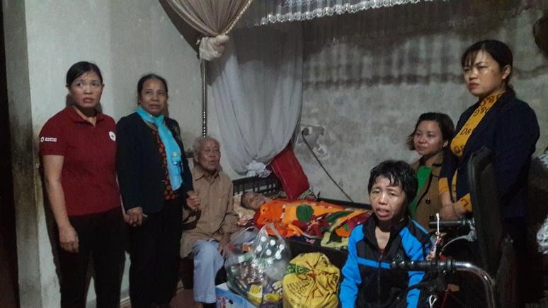 Trao tặng quà cho các hộ bị thiệt hại do mưa lũ tại phường Đại Nài - thành phố Hà Tĩnh