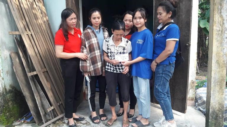 Thành Hội phối hợp nhóm từ thiện trao hỗ trợ cho các hộ đặc biệt khó khăn