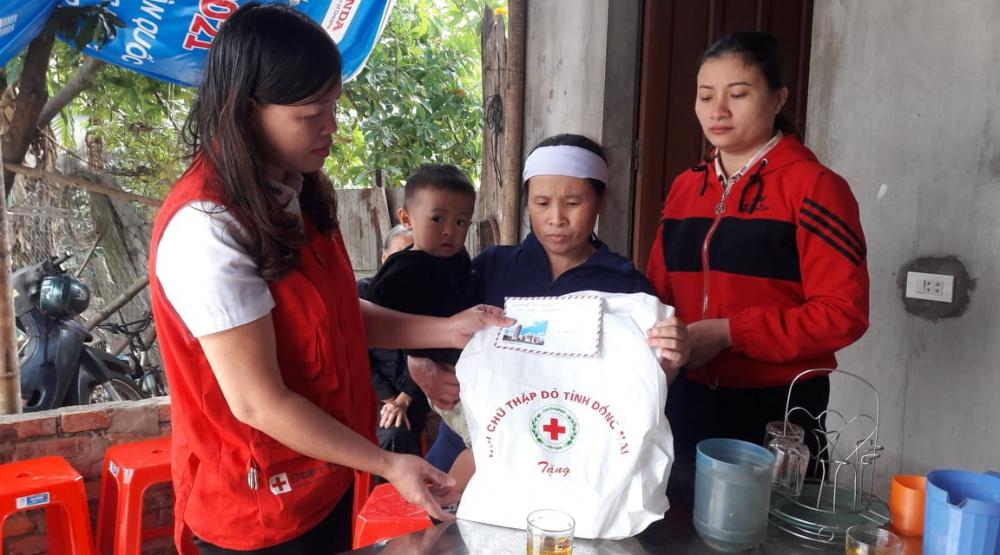 Hội Chữ thập đỏ thành phố trao hỗ trợ cho gia đình có người thân bị tử vong do đuối nước tại phường Thạch Linh - TP Hà Tĩnh