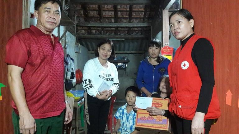 Hội Chữ thập đỏ thành phố Hà Tĩnh phối hợp các nhóm thiện nguyện trao tặng quà cho đối tượng đặc biệt khó khăn.