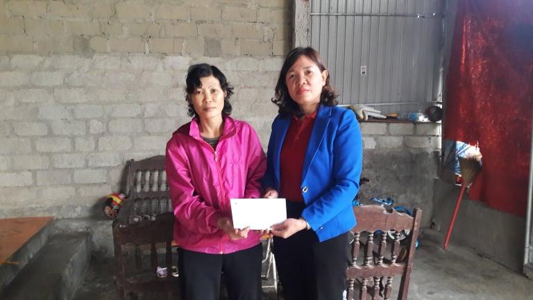 Hội Chữ thập đỏ thành phố trao hỗ trợ thường xuyên và tặng quà tết cho các địa chỉ nhân đạo