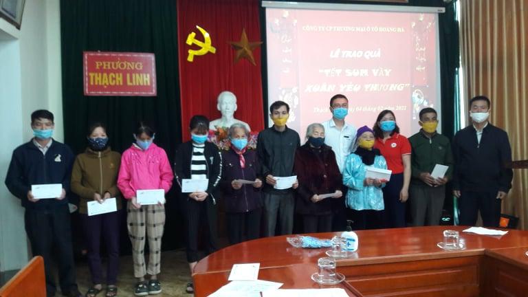 Hội Chữ thập đỏ thành phố phối hợp Công ty CP Thương mại Ô tô Hoàng Hà Hà Tĩnh trao tặng quà tết cho người nghèo