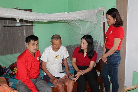 Hội Chữ thập đỏ huyện Can Lộc trao tặng quà cho các địa chỉ trong Tháng nhân đạo 2019