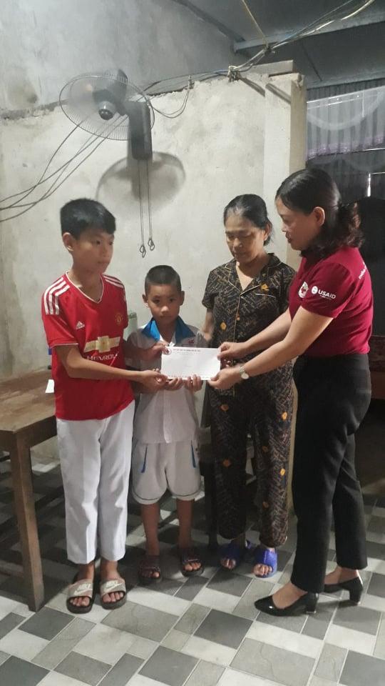 Trao hỗ trợ hàng tháng cho địa chỉ đặc biệt khó khăn tại phường Văn Yên, thành phố Hà Tĩnh.