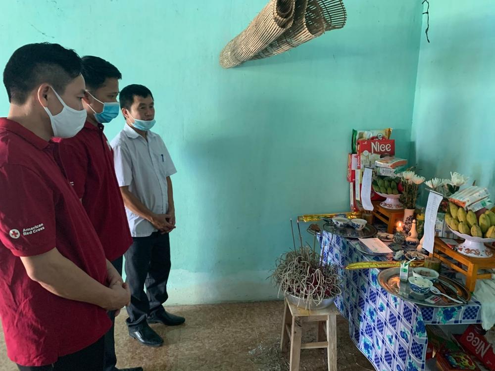 Hội Chữ thập đỏ tỉnh Hà Tĩnh động viên gia đình có 2 con bị chết đuối thương tâm