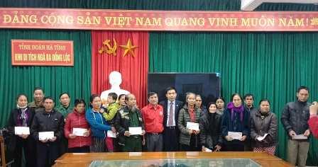 Ban quản lý khu di tich Ngã ba Đồng Lộc trao quà Tết cho người nghèo