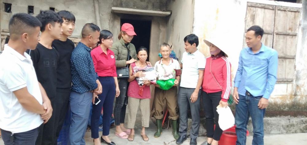 Hội Chữ thập đỏ thành phố phối hợp nhóm Từ thiện huyện Hương Sơn trao tặng quà cho các hộ đặc biệt khó khăn