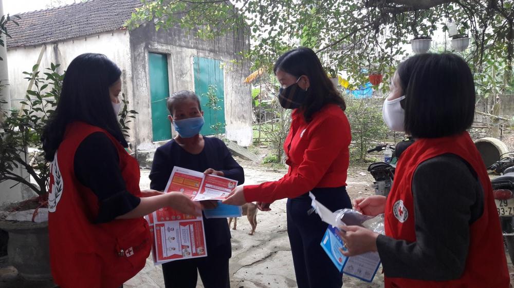 Hội Chữ thập đỏ thành phố tuyên truyền, phát tờ rơi và tặng khẩu trang miễn phí cho người dân và các tiểu thương tại Chợ Bình Hương, xã Thạch Trung phòng chống Covid - 19
