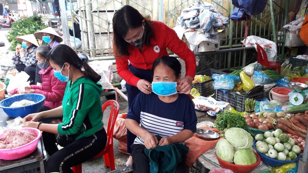 Hội Chữ thập đỏ thành phố tuyên truyền phòng chống dịch Covid - 19 tại Chợ Cầu Đông, phường Thạch Linh - TP Hà Tĩnh