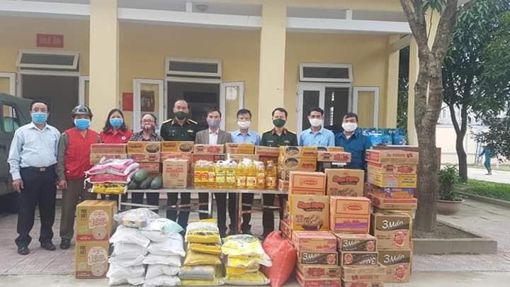Hội Chữ thâp đỏ thành phố phối hợp với Hội Chữ thập đỏ phường Bắc Hà trao tặng nhu yếu phẩm cho đơn vị Ban Chỉ huy Quân sự thành phố phòng chống Covid - 19