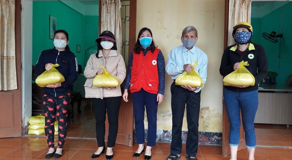 Hội Chữ thập đỏ thành phố trao hỗ trợ 80 suất quà cho các hộ đặc biệt khó khăn