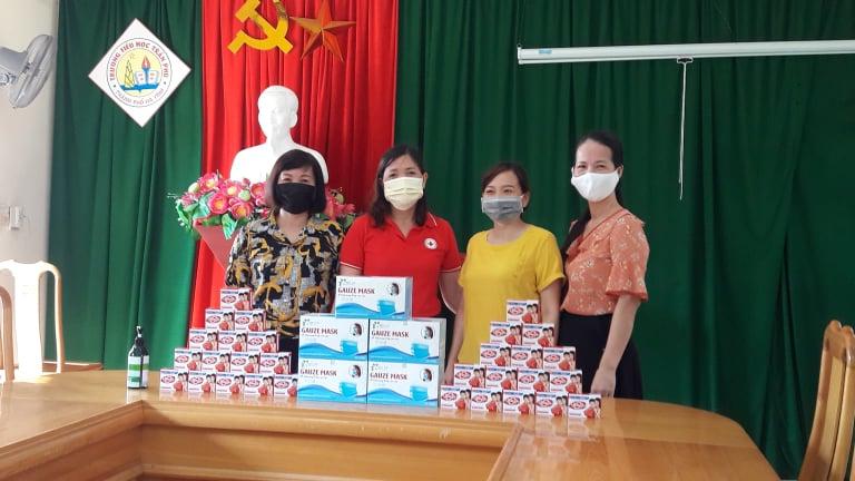 Thành Hội trao tặng 20 hộp khẩu trang y tế và 250 bánh  xà phòng cho các trường học trên địa bàn
