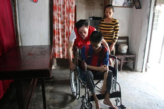 Hội Chữ thập đỏ tỉnh trao tặng xe lăn cho em Phước ở Kỳ Bắc, Kỳ Anh