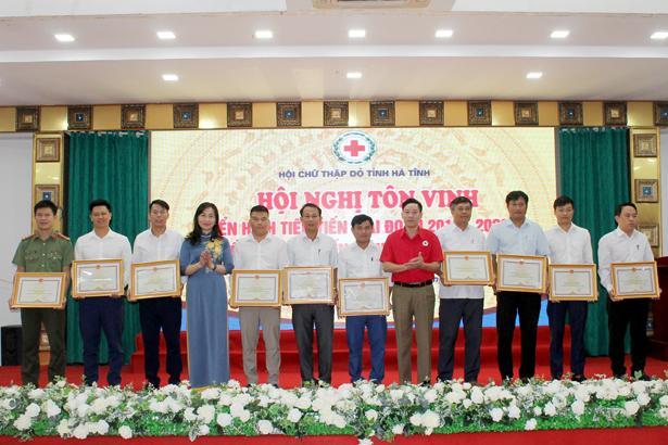 Hoạt động của Hội Chữ thập đỏ đã tạo ra một phong trào quần chúng đặc biệt- phong trào thi đua làm nhân đạo