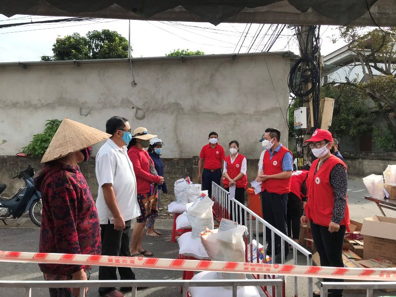 Trung ương Hội Chữ thập đỏ Việt Nam hỗ trợ 500 suất quà cho người dân có hoàn cảnh khó khăn tại vùng dịch của Hà Tĩnh
