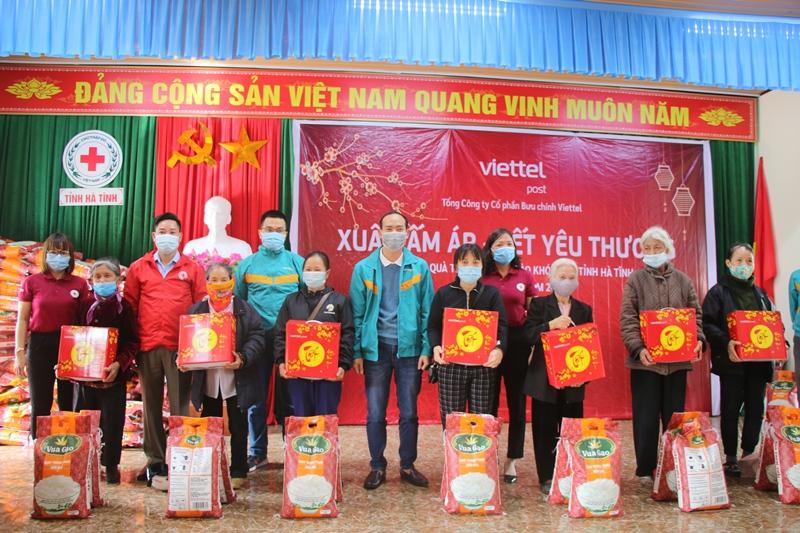 Bưu chính Viettel Hà Tĩnh tặng 80 suất quà Tết cho người nghèo thành phố Hà Tĩnh