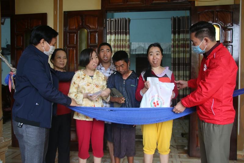 Hội Chữ thập đỏ tỉnh tặng quà và kêu gọi hỗ trợ nạn nhân chất độc da cam