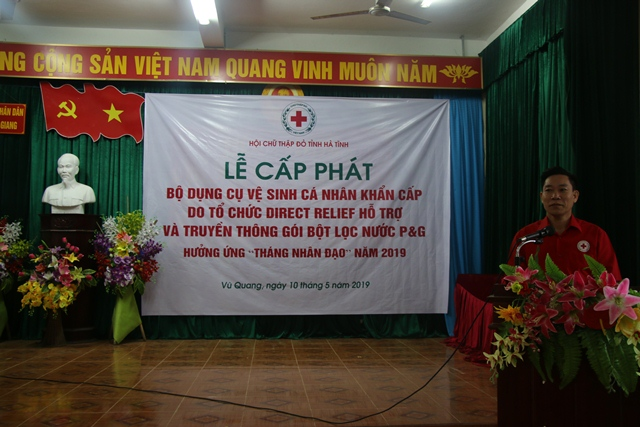 Cấp phát 100 bộ dụng cụ vệ sinh cá nhân khẩn cấp và truyền thông hướng dẫn sử dụng gói bột lọc nước P&G cho người dân huyện Vũ Quang