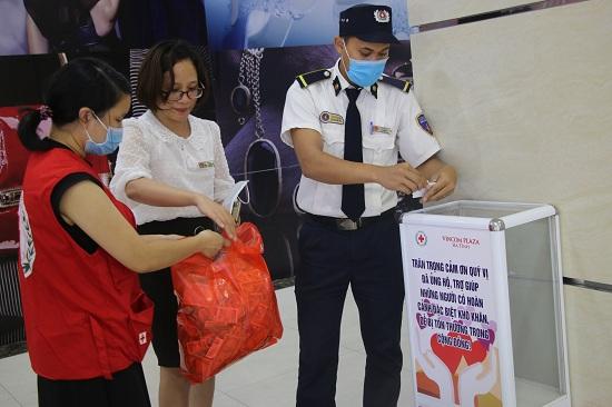 Mở thùng Quỹ nhân đạo tại Trung tâm thương mại Vincom Plaza Hà Tĩnh