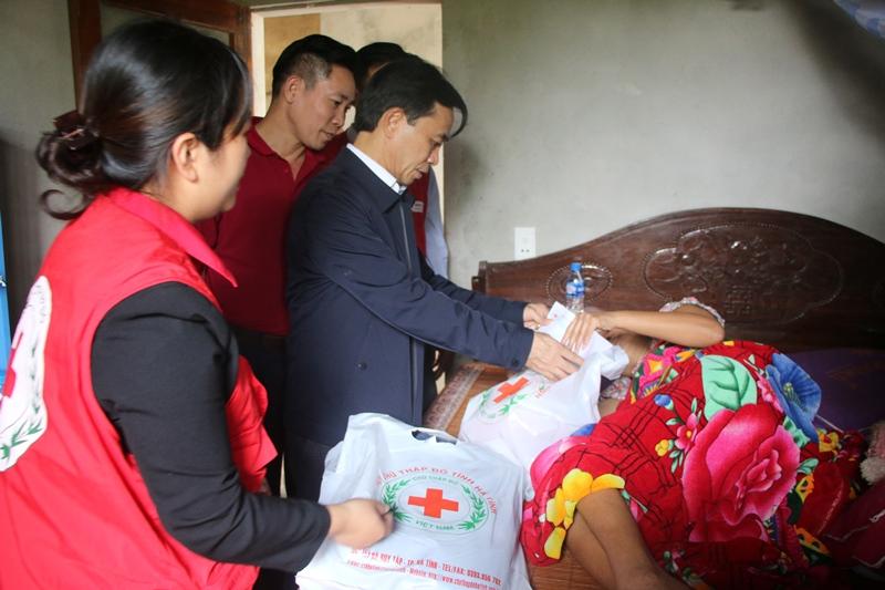 Phó Bí thư Tỉnh ủy thăm hỏi, tặng quà động viên người dân có hoàn cảnh khó khăn sớm khắc phục hậu quả do mưa lụt