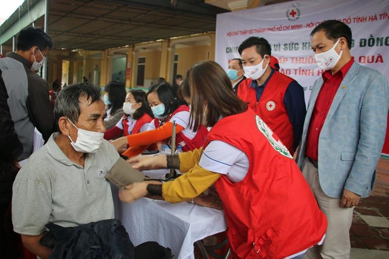 Hơn 1700 người dân Hà Tĩnh bị ảnh hưởng sau thiên tai được tặng quà, khám, tư vấn sức khoẻ và cấp thuốc...
