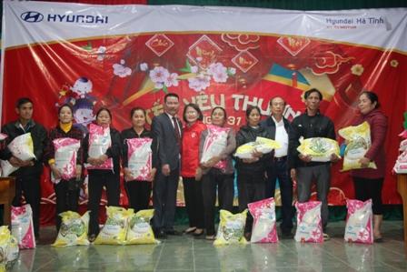 Công ty cổ phần quốc tế Dũng Lạc trao tặng quà tết vì người nghèo và nạn nhân chất độc da cam xuân Canh Tý 2020 tại huyện Thạch Hà