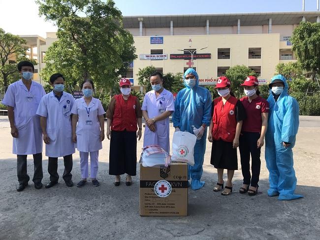 Hàng nghìn khẩu trang y tế, mũ chắn giọt bắn được chuyển tới Bệnh viện Thành phố Hà Tĩnh