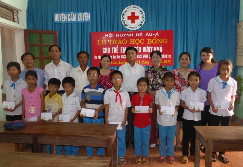 Hội huynh đệ Âu - Á tặng 10 suất học bổng cho học sinh nghèo vượt khó tại huyện Cẩm Xuyên