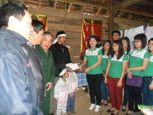Ngân hàng Vietcombank chi nhánh Hà Tĩnh tặng quà cho các hộ gia đình có hoàn cảnh đặc biệt khó khăn tại xã Hương Vĩnh và Hương Trạch