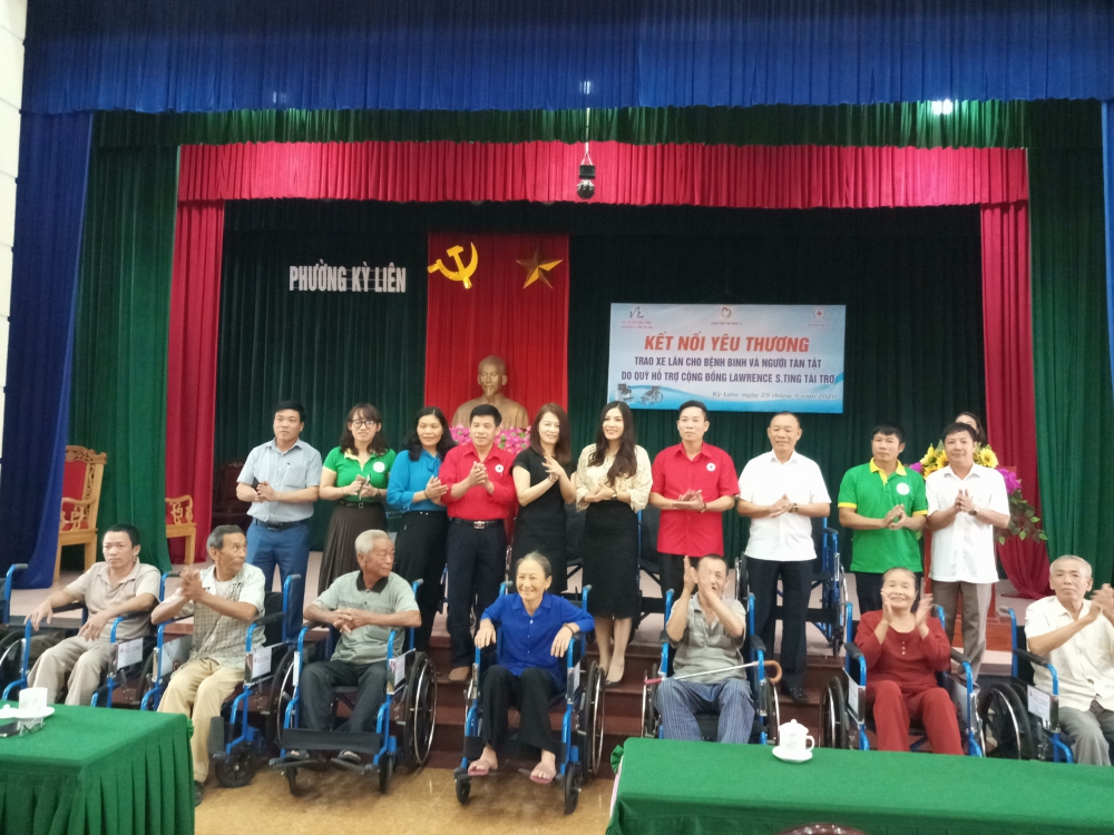Hội Chữ thập đỏ thị xã Kỳ Anh Trao tặng xe lăn cho Thương bệnh binh và người tàn tật