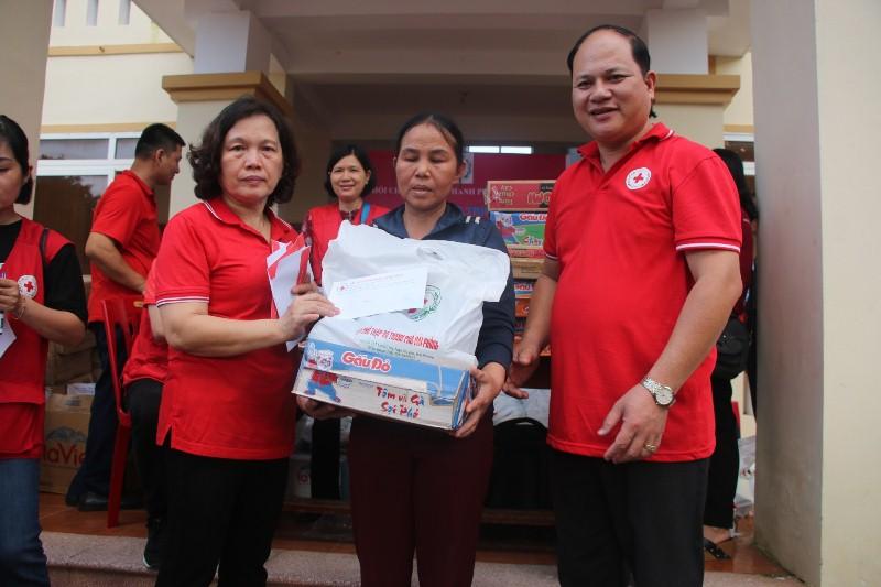 Hội Chữ thập đỏ tỉnh Hải Phòng trao hơn 300 suất quà tại xã Hương Giang, huyện Hương Khê
